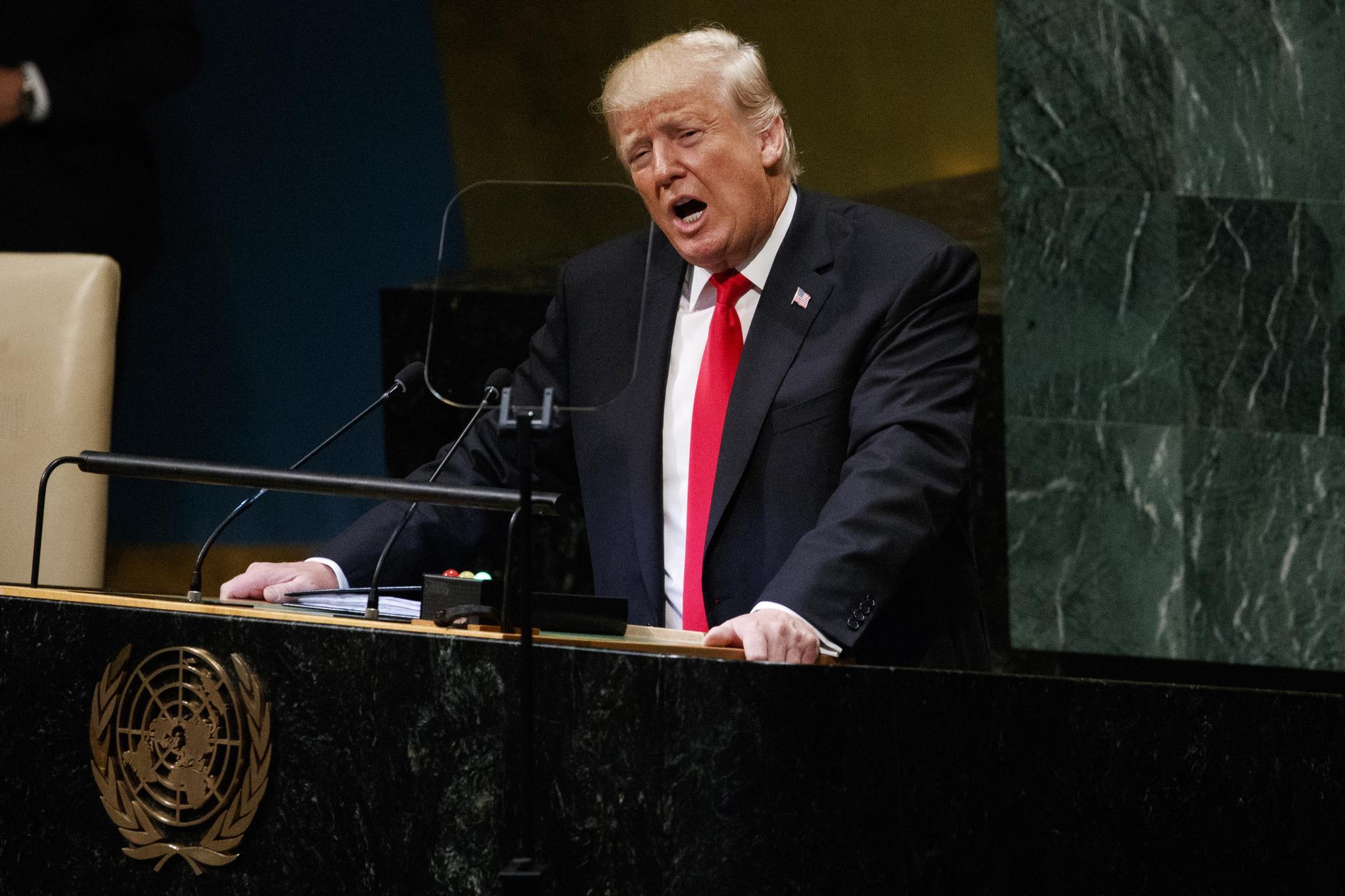 """도널드 트럼프 미국 대통령은 25일(현지시간) 뉴욕 유엔본부에서 열린 유엔총회 연설에서 '김정은 북한 국무위원장의 용기와 조치에 감사한다""""며 '대담하고 새로운 평화 추진 위해 북한과 대화하고 있다""""고 말했다. [AP=연합뉴스]"""