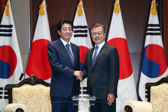 문재인 대통령이 25일 오전(현지시간) 미국 뉴욕 파커 호텔에서 아베 신조 일본 총리를 만나 악수하고 있다. [사진 청와대 페이스북]