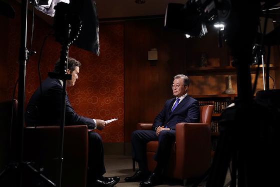 문재인 대통령이 25일 오전(현지시간) 미국 뉴욕 파커 뉴욕 호텔에서 미 언론매체 FOX News와 인터뷰를 하고 있다. [사진 청와대]