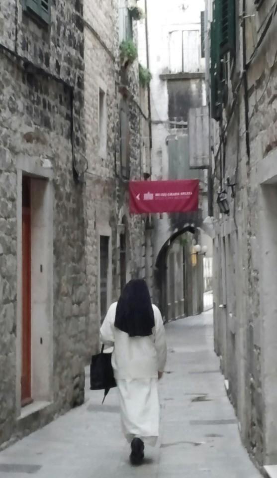 크로아티아 스플릿의 골목길. 돌로 지은 건물 사이에 돌이 촘촘히 박힌 로마 시대의 옛길. [사진 윤경재]