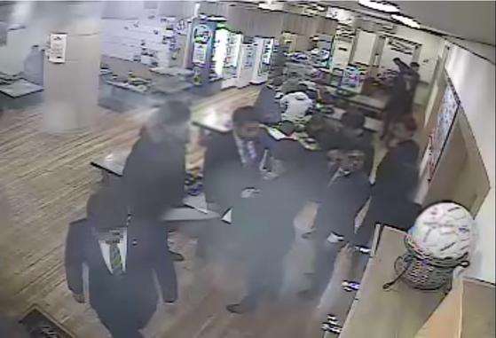 '곰탕집 성추행 사건'이 벌어진 식당의 폐쇄회로(CC)TV 영상 일부. [캡처 유튜브]