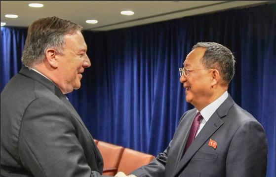 미국 뉴욕에서 만난 폼페이오(왼쪽) 미 국무장관과 이용호 북한 외무상. [사진 폼페이오 트위터 켑처]