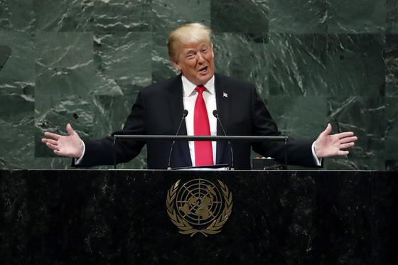 """도널드 트럼프 미 대통령이 25일 뉴욕 제73차 유엔총회장에서 연설하고 있다. 그는 """"김정은 위원장의 용기와 조치에 감사하고 싶다""""고 말했다.[AP=연합뉴스]"""