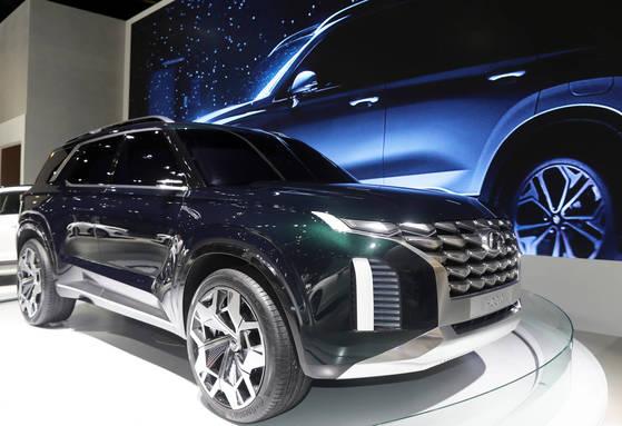 현대자동차의 SUV 콘셉트카 HDC-2. 현대차가 연말 출시하는 대형 SUV가 이 콘셉트카의 디자인 요소를 차용할 것으로 알려졌다. 부산 = 송봉근 기자.
