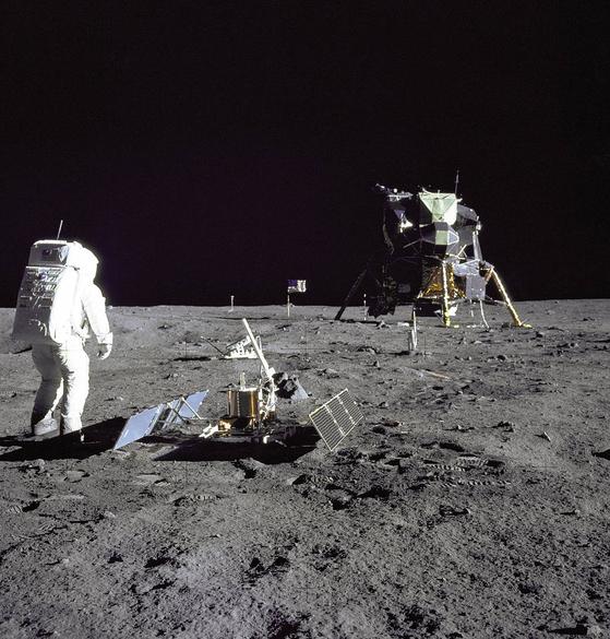 아폴로 11호에 탑승했던 버즈 올드린이 달에서 연구 수행을 진행하고 있다. 그는 닐 암스트롱 다음으로 달에 내린 이다. [출처=미 항공우주국]