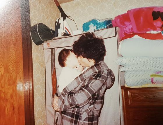 엄마 역시 표현은 부족했지만 행동으로 사랑을 듬뿍 주셨다. 내가 돌이 되기 전, 날이 추웠는지 코트 안에 날 안고 뽀뽀하는 모습을 아빠가 찍어주셨다. 엄마와 앞으로 '감정 대화'를 나누며 살고 싶다.