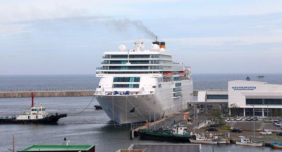 강원도 속초항에 정박한 5만7000톤급 네오로만티카호 모습. [뉴스1]