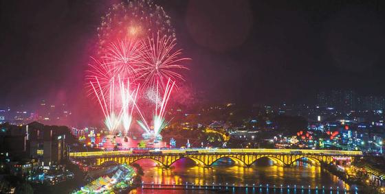 지난해 남강과 진주성 일대에서 펼쳐진 진주 남강 유등축제. 올해는 다음달 1일부터 14일간 '춘하추동 풍요로운 진주성'을 주제로 열린다. [사진 진주시]
