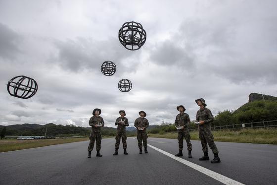 육군은 28일 경기도 용인시 제3야전군사령부 영내에서 드론봇 전투단이 예하에 편성된 지상정보단 창설식을 개최했다. [연합뉴스]