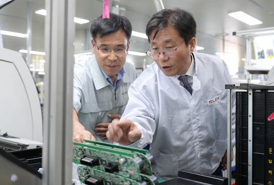 성윤모 산업통상자원부 장관(오른쪽)이 27일 충남 천안의 자동차 부품업체를 방문했다. [연합뉴스]