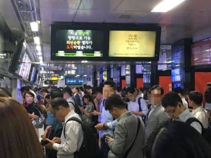 서울 지하철은 한해 17억명 넘게 타지만 막대한 적자에 시달리고 있다. [중앙포토]