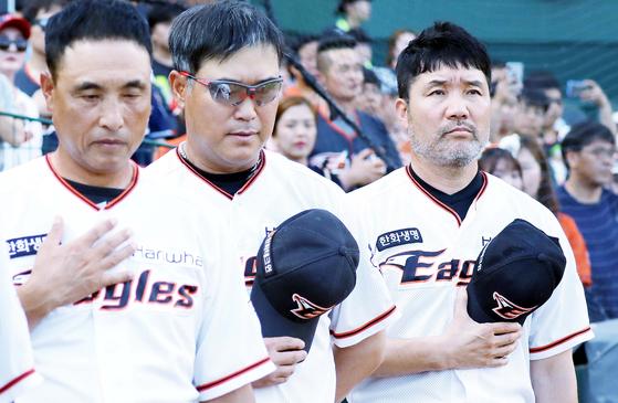 한화 한용덕 감독,장종훈 코치, 송진우 코치(오른쪽부터)가 국기에 대한 경례를 하고있다. 대전=프리랜서 김성태