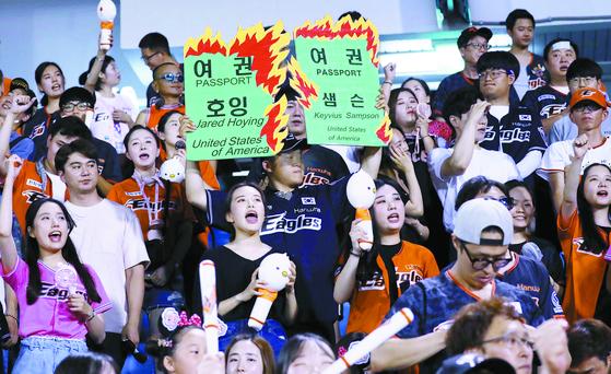 사상 최악의 폭염이 계속된 지난 8월 1일 대전 한화생명이글스파크에서 열린 한화-KT 경기를 찾은 한화 광팬들이 가마솥더위도 잊은채 열띤응원을 펼치고 있다.대전=프리랜서 김성태