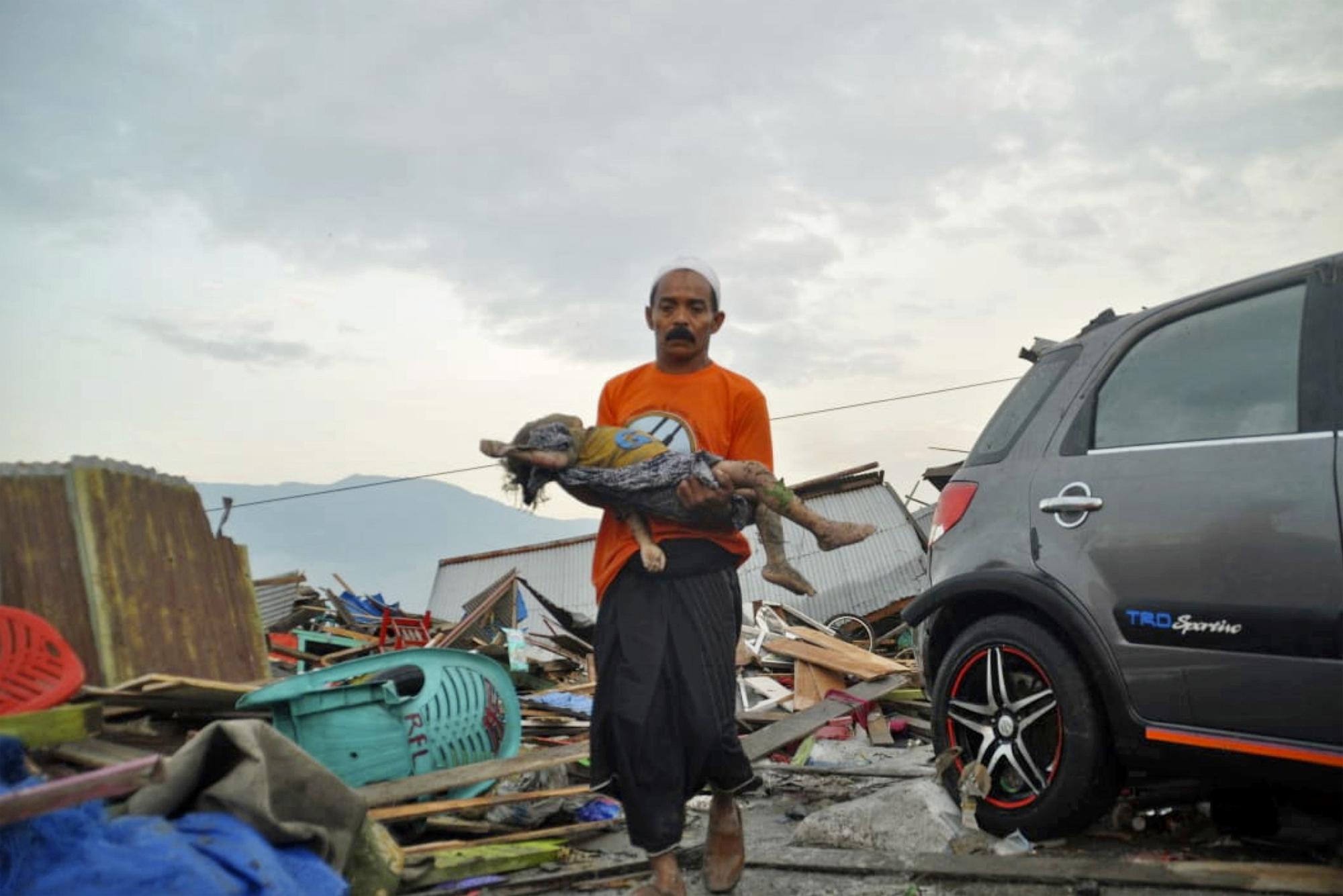 28일 규모 7.5 강진이 발생한 지 몇 시간 만에 쓰나미가 밀어닥친 인도네시아 술라웨시 섬 [AP 연합뉴스]