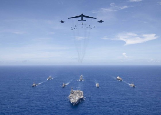 미 해군과 공군, 해병대가 공동으로 참가한 '밸리언트 실드 2018' 훈련에서 미 공군의 B-52 폭격기와 미 해군의 항모 로널드 레이건함이 위용을 자랑하고 잇다. 이처럼 항모와 전략폭격기를 한 앵글에 담을 수 있는 나라는 전 세계에서 미국, 러시아, 중국 정도만 가능하다. [사진 미 국방부]