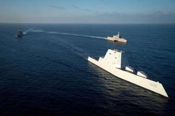 미 해군의 최신예 스텔스 구축함인 줌월트함이 항해를 하고 있다. 겉모습이 SF 영화에서나 나올 법하다. 현재 미 해군만이 보유하고 있다. [사진 미 해군]
