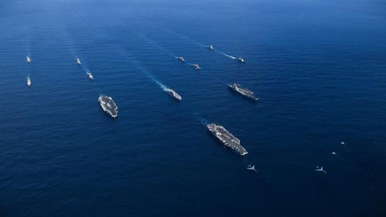지난해 11월 한반도 인근 해역에서 미 해군의 항모인 로널드 레이건함(왼쪽부터), 시어도어 루스벨트함, 니미츠함이 합동훈련을 하고 있다. 항모 3척을 동시에 동원할 수 있는 해군은 미 해군이 유일하다. [사진 미 해군]