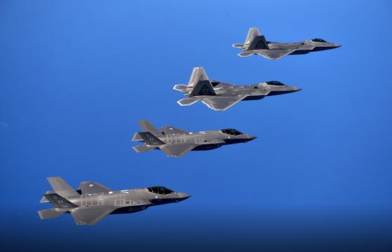 미 공군의 스텔스 전투기 F-22(위의 두 기체)와 F-35(아래의 두 기체) 편대가 훈련을 하고 있다. F-35는 미국의 동맹국에도 수출이 되지만, F-22는 미 공군만 갖고 있다. [사진 미 공군]