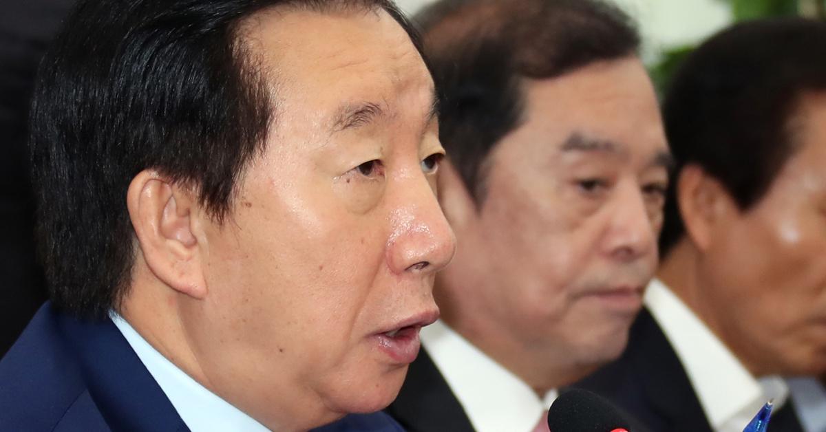 자유한국당 비상대책회의가 1일 오전 국회 본청에서 열렸다. 김성태 원내대표가 모두발언하고 있다. 변선구 기자