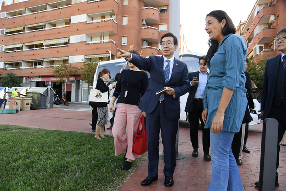 유럽을 순방중인 박원순 서울시장이 28일(현지시간) 바르셀로나의 놀이공간, 공원, 체육시설 등을 배치한 '파르크 데 라 솔리다리탓(Parc de la Solidaritat)' 공원을 찾아 시설물을 살펴보고 있다. [연합뉴스]