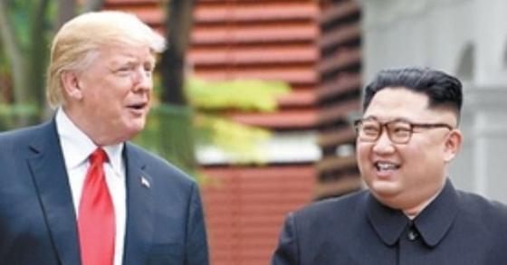 6월 12일 싱가포르 카펠라 호텔에서 산책 중인 도널드 트럼프 미국 대통령과 김정은 북한 국무위원장. [연합뉴스]