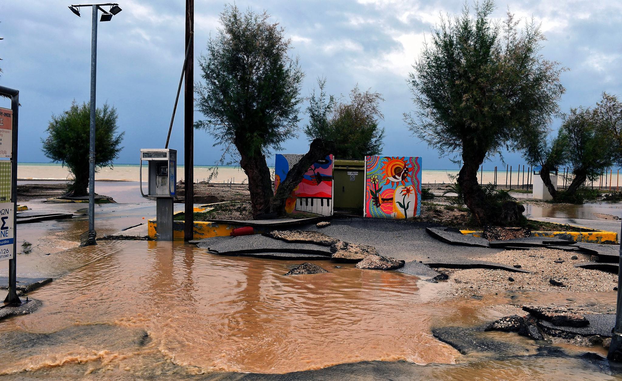 그리스가 태풍 '조르바'로 인해 큰 피해를 입었다. 동부 펠로폰네소스 반도 코린트의 한 마을이 폭우로 파괴되었다. [EPA=연합뉴스]