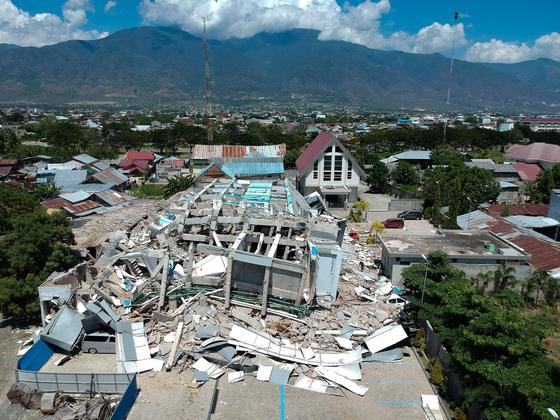 강진으로 무너져 내린 인도네시아 술라웨시섬 팔루시 시내 한 호텔. [AFP=연합뉴스]