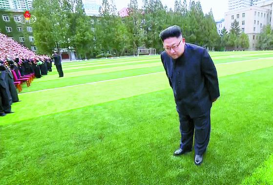 북한 조선중앙TV는 김정은 위원장이 창립 70주년을 맞은 김책공대를 방문했다고 지난달 29일 보도했다. 김 위원장이 사진 촬영에 앞서 교수와 연구사들에게 허리를 굽혀 인사하고 있다. [조선중앙TV=연합뉴스]