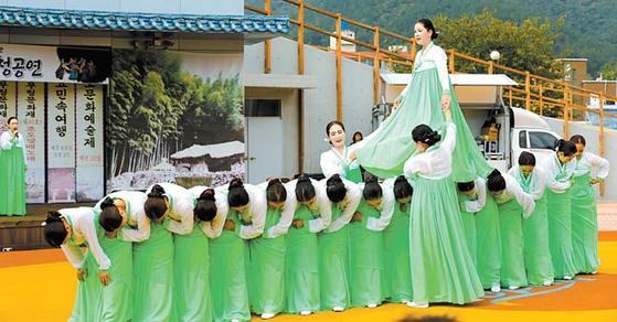 오는 18일 진도에서 개막하는 '2018 진도문화예술제'의 백미인 강강술래 재현 모습. [사진 진도군]
