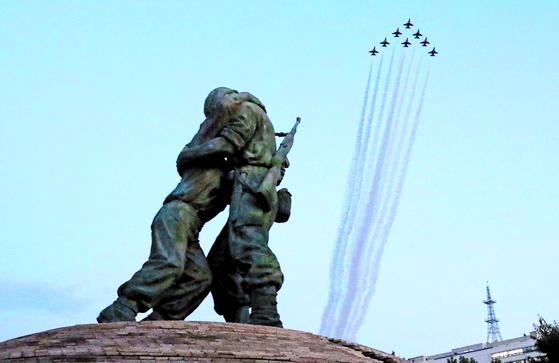 공군 곡예비행팀 블랙이글스가 지난달 27일 서울 상공에서 '제70주년 국군의 날' 행사 사전훈련을 하고 있다. 행사 당일인 오늘(1일) 비행은 오후 6시20분부터 약 20분간 진행될 예정이다. [뉴시스]