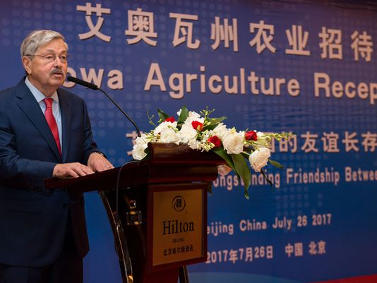 아이오와 전 주지사 출신의 테리 브랜스테드 주중 미국대사가 지난 2017년 7월 베이징에서 열린 무역관련 행사에서 연설하고 있다. [사진=디모인레지스터]