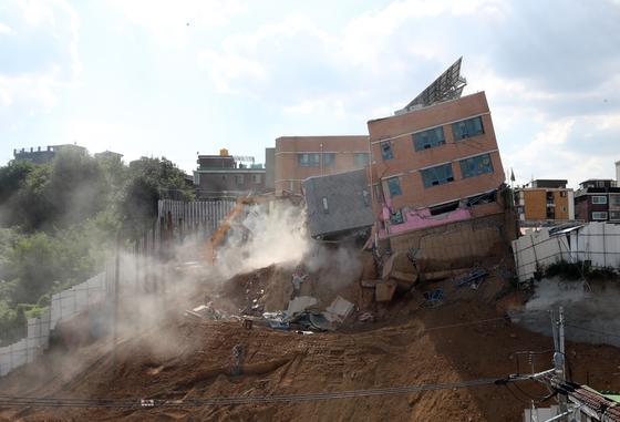 공사장에서 흙막이가 무너지면서 건물 일부가 붕괴된 상도유치원 건물 철거작업이 지난달 9일 오후 진행됐다. 김경록 기자