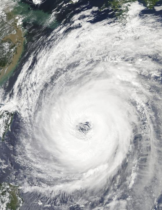 미국 항공우주국 인공위성에서 촬영한 24호 태풍 '짜미'의 모습. 지난달 28일 일본 오키나와를 통과할 때의 모습이다. [사진 AP=연합뉴스]