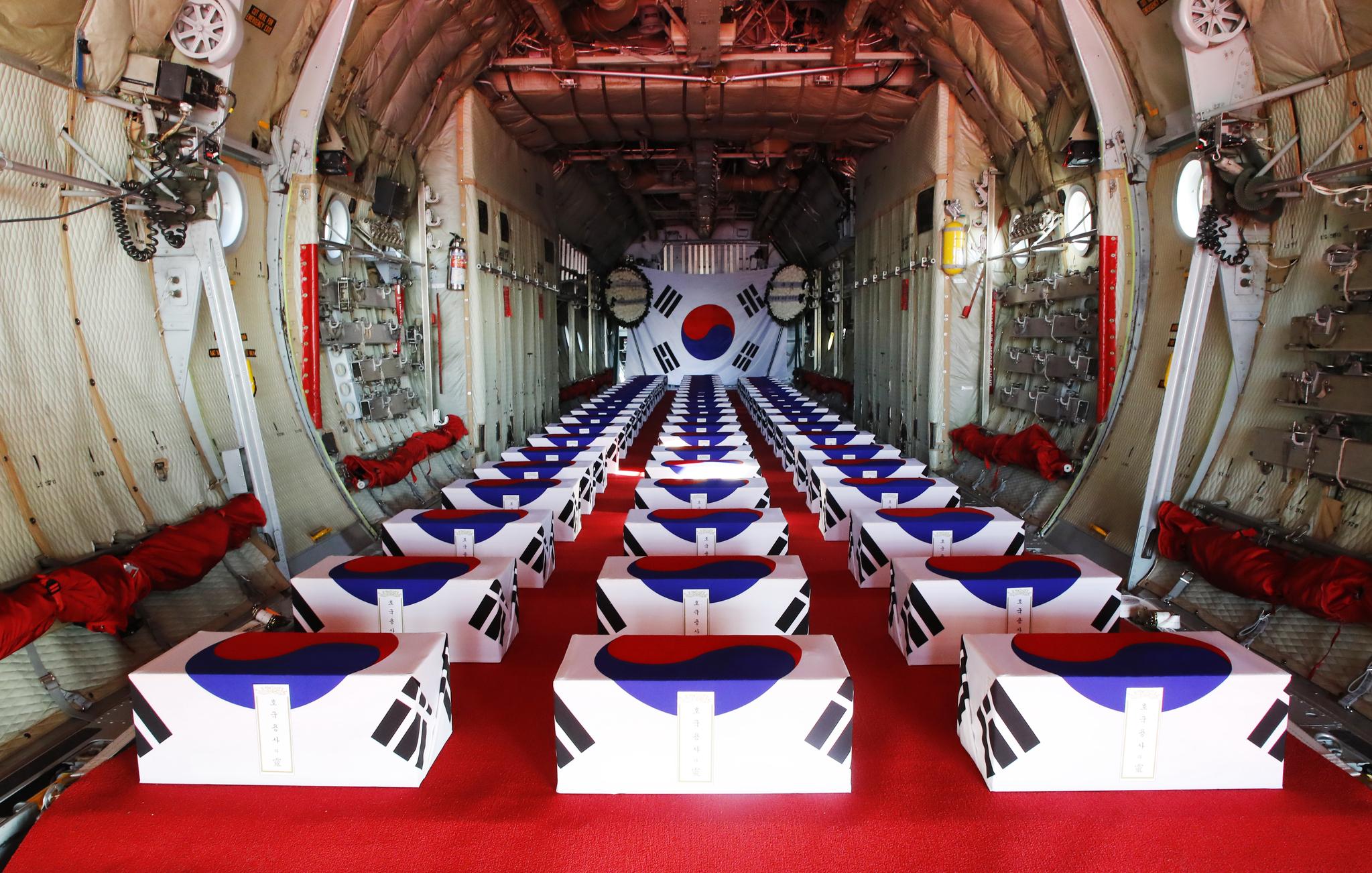 국군의 날인 1일 오전 서울공항에 1996년부터 2005년까지 북한의 함경남도 장진, 평안남도 개천지역 등에서 북미가 공동발굴한 6.25 참전 국군 유해 64위가 도착해 있다. [연합뉴스]