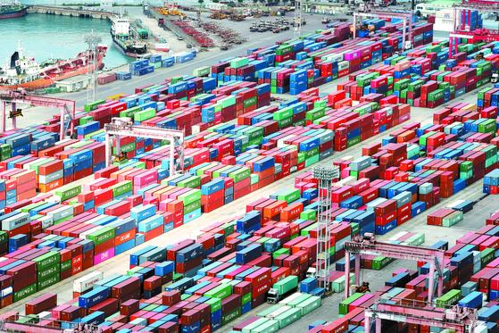 1일 부산항 신선대부두에 수출입 화물이 쌓여 있다. 9월 수출이 작년 동기 대비 8.2% 감소한 505억8000만 달러로 잠정 집계됐다. 조업일 영향을 배제한 일평균 수출은 작년 대비 10.6% 증가한 25억9000만달러로 사상 최대다. [연합뉴스]