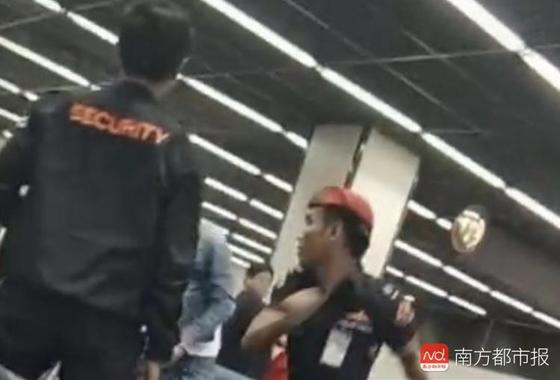 태국 방콕 돈므앙 국제공항에서 한 유커가 공항 직원에게 뺨을 맞고 있다. [남방도시보 캡처]