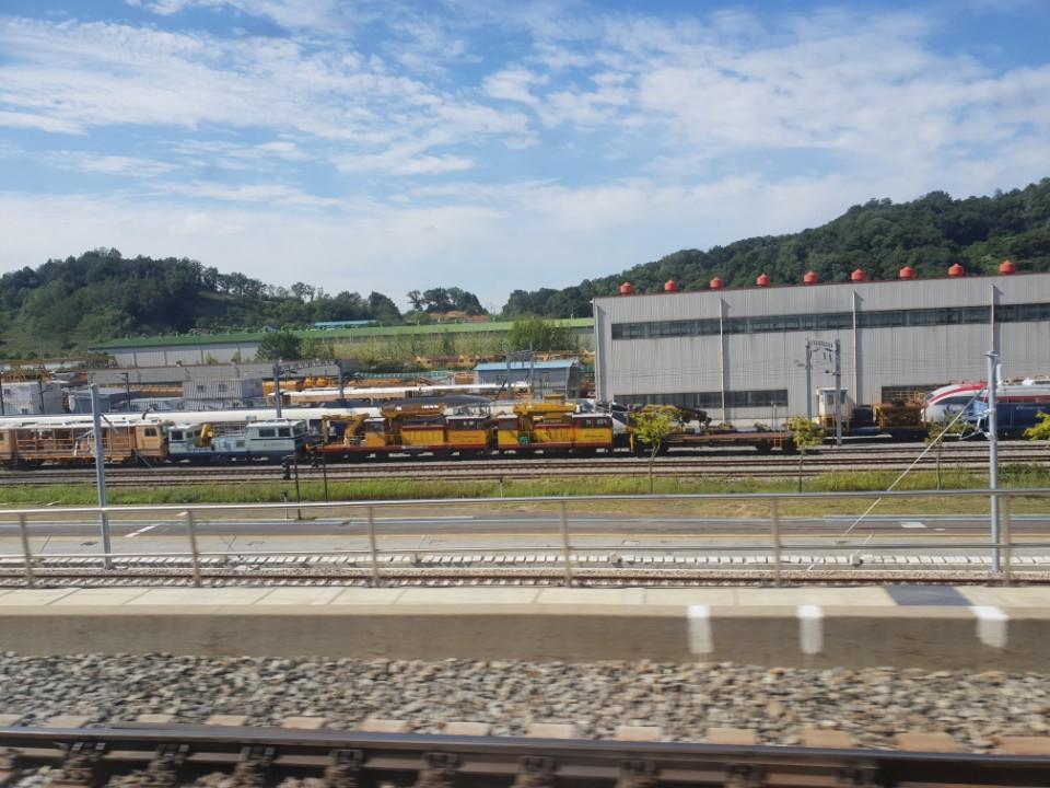 오송차량기지에 장기 보관 중인 해무열차와 틸팅열차가 서로 마주보고 있다. 오른쪽 붉은 줄이 있는 열차가 틸팅이고, 왼쪽 노란색 정비열차 뒤편에 있는 열차가 해무다. [중앙포토]
