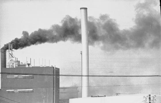 1967년 당인리 화력 발전소 전경. 굴뚝에서 수증기만 나오고 있는 지금과 달리 검은 매연이 심하게 발생하는 모습이다. [주앙포토]