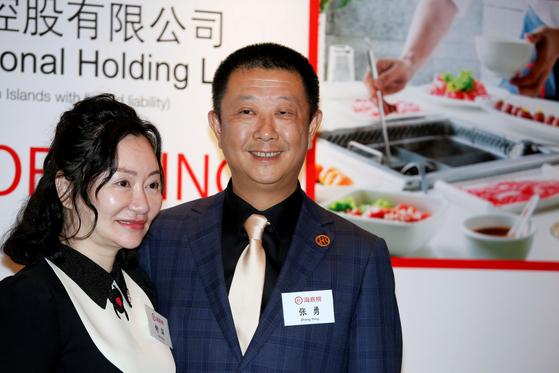 홍콩 증시 상장을 앞둔 지난달 10일 투자자 오찬에 참석한 장융 하이디라오 회장(오른쪽)과 부인인 수핑 공동창업자. [로이터=연합뉴스]