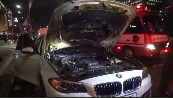 1일 오전 7시 40분께 서울 송파구 송파구청 앞 도로에서 김모(41)씨가 운전하던 BMW 520d 승용차 엔진룸에서 화재가 발생해 5분여 만에 꺼졌다. 사진은 화재 현장 모습. [송파소방서 제공]
