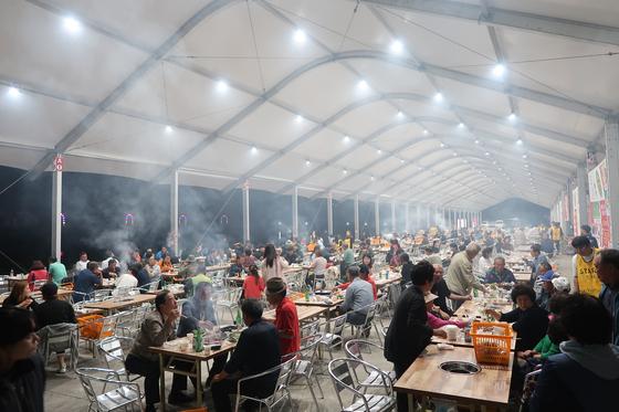 지난달 29일 '횡성한우 구이터' 사전 행사에서 관광객들이 한우를 구워 먹고 있다. [사진 횡성군]