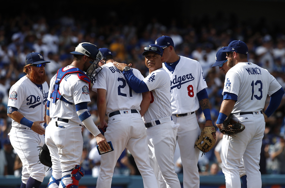 호투하고 내려가는 워커 뷸러를 지켜보는 다저스 선수들. [EPA=연합뉴스]