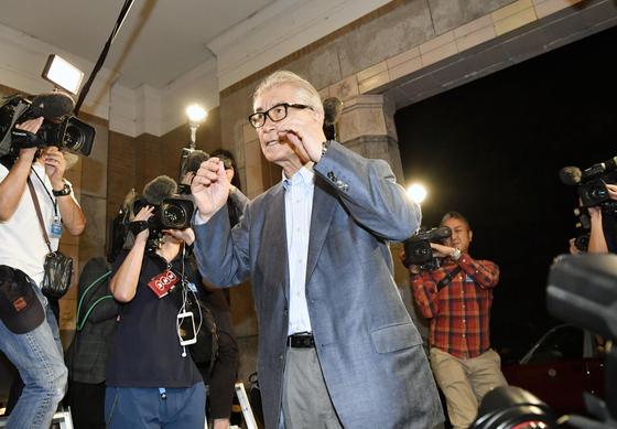 1일 노벨 생리의학상 수상자로 선정된 혼조 다스쿠 (왼쪽) 일본 교토대 교수가 인터뷰 장소로 이동하고 있다. [AP=연합뉴스]