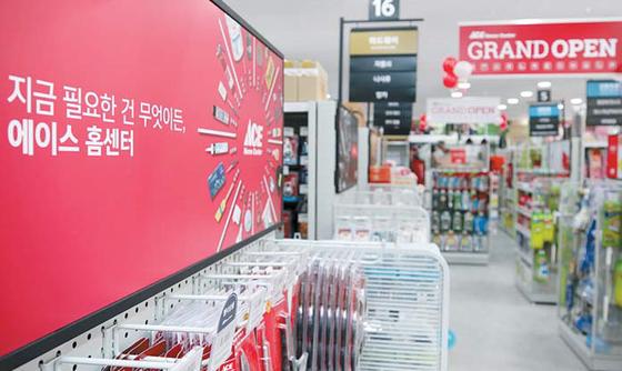 서울 독산동에 위치한 에이스 홈센터 금천점(1호점)에서는 수동·전동 공구부터 청소용품·냉장고까지 주거 생활과 관련된 2만여 가지 상품을 구입할 수 있다 [사진 에이스 홈센터]
