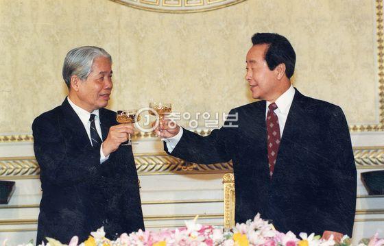 1995년 당시 도 므어이 베트남 공산당 서기장(왼쪽)과 김영삼 대통령(오른쪽)이 청와대에서 만나 건배를 들고 있다. [중앙포토]