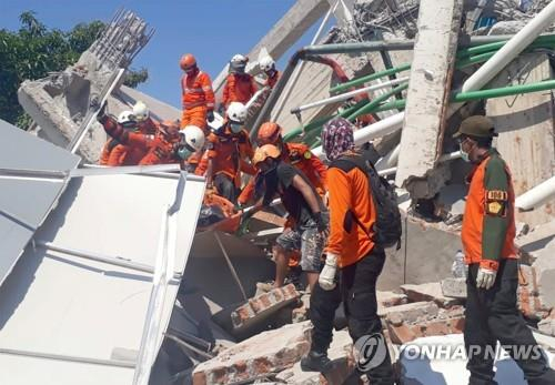 강진으로 무너진 인도네시아 팔루의 한 호텔. [로이터=연합뉴스]