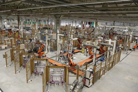 독일 라이프치히에 있는 BMW 전기차 차체 생산 공장 내부. 축구장 18개 크기(18만4000㎡)의 공장에서 일하는 사람은 고작 50여명 뿐이다. 이곳에선 160대의 차체 조립 핵심 업무를 담당한다. [사진 BMW]