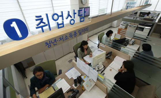 수도권 취업자 수가 지난 7월부터 전년 대비 감소세로 돌아섰다. 1일 오후 서울시내의 한 일자리센터에서 구직자들이 취업 상담을 받고 있다. [연합뉴스]