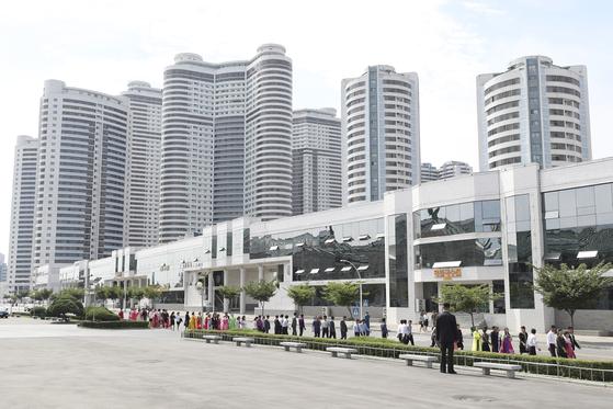 평양 옥류관 앞 거리의 모습. [평양사진공동취재단]
