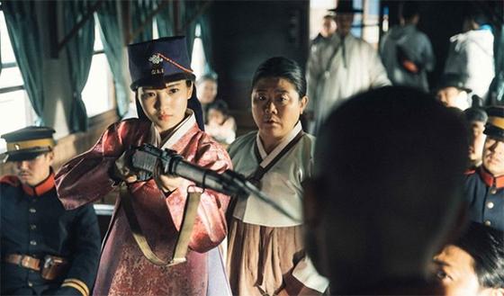 '미스터 션샤인'의 양반집 애기씨 고애신(김태리 분)은 총을 들고 의병에 합류한다. [사진 tvN]